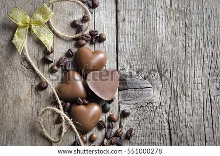 Sô cô la trái tim và hạt cà phê trên nền gỗ.  Chúc mừng Ngày lễ Tình yêu.