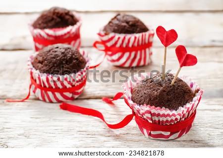 bánh nướng xốp sô cô la trên nền gỗ màu trắng cho ngày Valentine.  pha màu.  tập trung chọn lọc