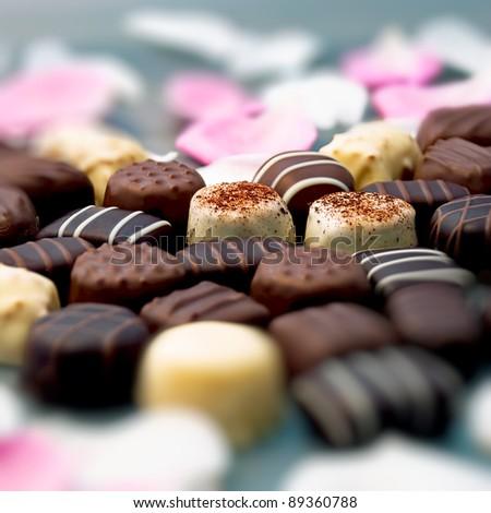 chiếc kẹo sôcôla và cánh hoa hồng