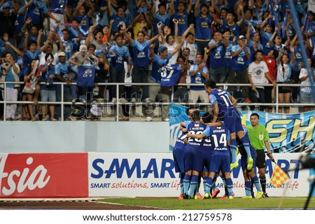 CHONBURI THAILAND - AUGUST 20 : Unidentify playing of Chonburi F.C. in action during Thai Premier League, Chonburi F.C. and Muangthong utd. at Chonburi Stadium on Aug 20, 2014 in Thailand.