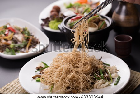 how to hold chopsticks for noodles