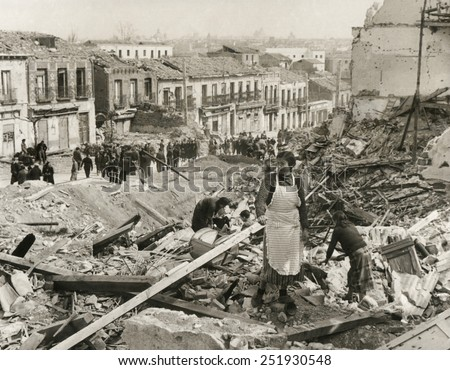 Civilians in Madrid search through the rubble of their homes in 'Liberated Madrid'. The Nationalists finally captured the besieged city on March 28, 1939. Spanish Civil War, July 1936-March 1939. - stock photo