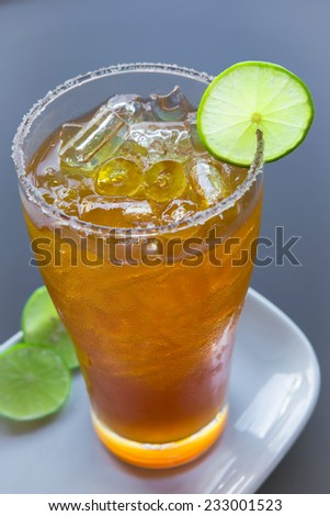 Close up glass of ice tea with lemon