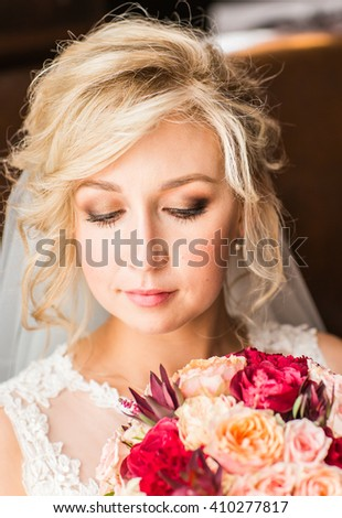 Close-up portrait of a beautiful bride smiling.