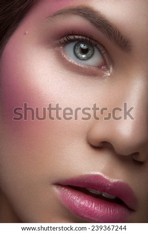 Close up portrait of belle young girl with green eyes, pink cheeck colors, pink eye-shadows and rose lipstick, with head to the right looking up and breathing through her open lips on dark background
