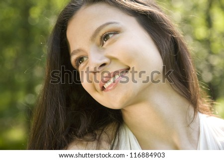 Close up portret of smiling girl outdoors