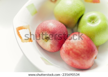 Closeup photograph of a group of apples in bowl