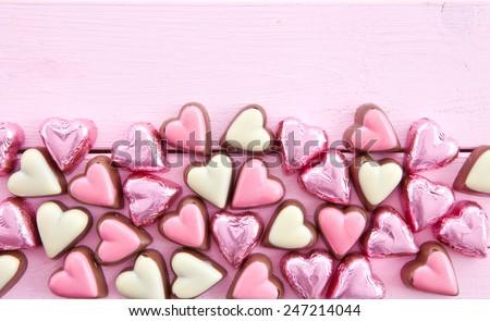 sôcôla sữa đầy màu sắc trong trái tim hình dạng trên màu hồng