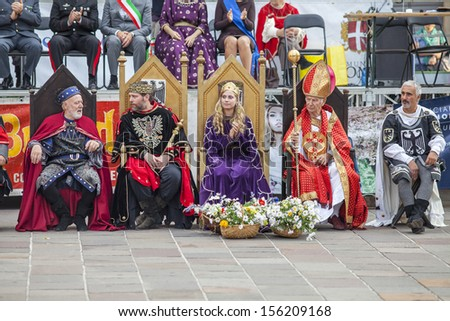 COMO, ITALY - SEPTEMBER, 22: Participant in the parade in medieval costumes, Palio del Baradello 2013, with the insignia of king, queen and  bishop