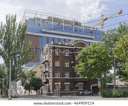 Construction of a hotel on Bolshaya Sadovaya Street in the city of Rostov-on-Don. On the street of moving cars and pedestrians