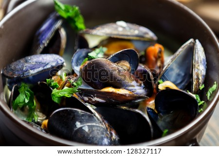 Cooked mussels with garlic and parsley
