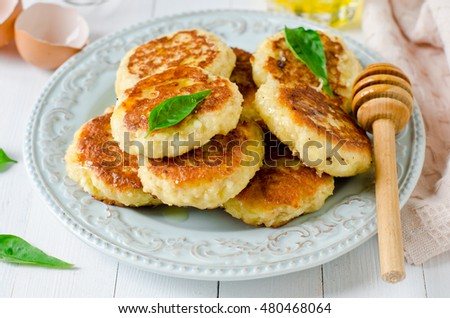 Cottage cheese pancakes with honey