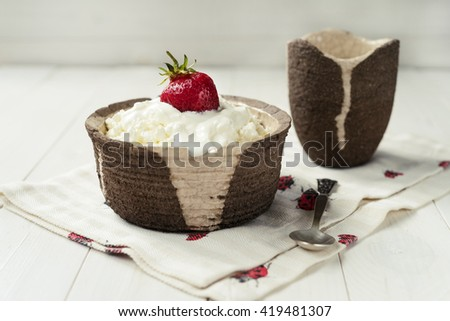 Cottage cheese with sour cream and strawberry