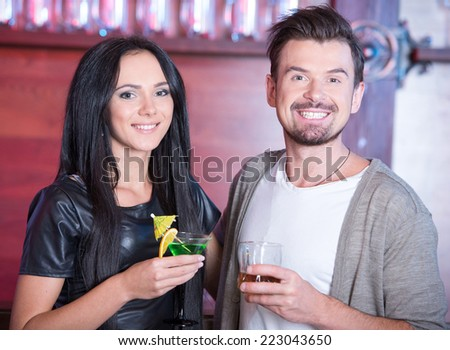 Couple on a date at the bar drinking alcohol - stock photo