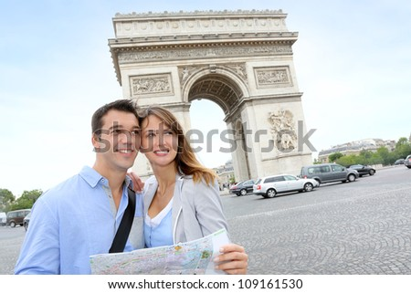 Couple reading map in front of the Arch of Triumph