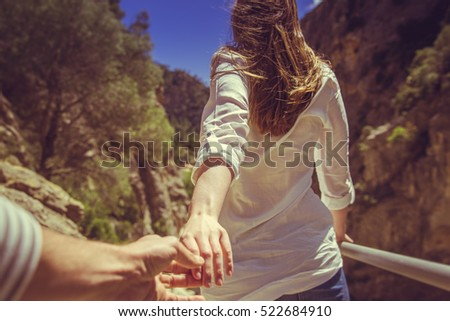couple walking through moutains parc