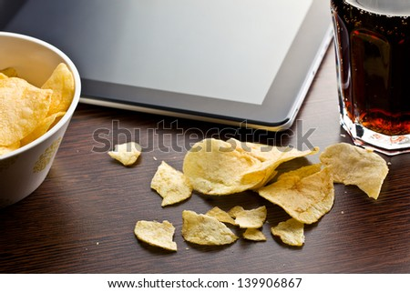 crispy potato chips on wooden table
