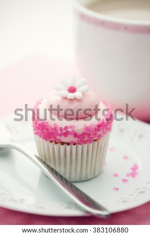 Cupcake decorated with a sugar daisy
