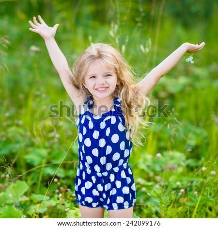Cute Smiling Little Girl Long Blond Stockfoto Lizenzfrei