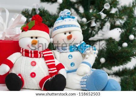 Cute snowmen with Christmas tree and present box