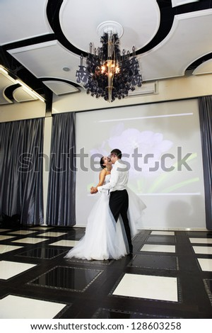 Dance bride and groom in banqueting hall on them wedding