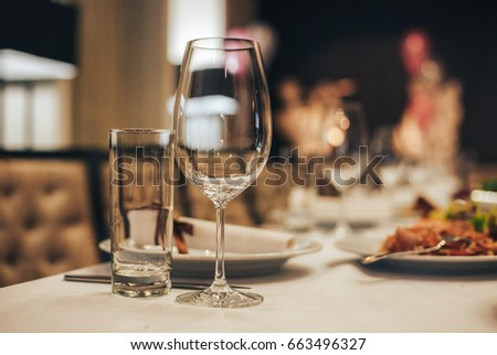 Decor decorated tables. Chityelnye glasses on the table