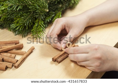 Decorate an advent wreath with cinnamon