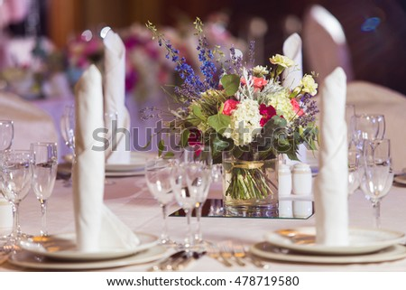 Decoration of fresh flowers on the table in a restaurant