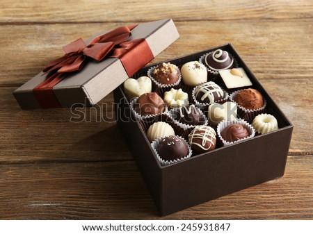 Kẹo sô cô la ngon trong hộp quà tặng trên bảng close-up