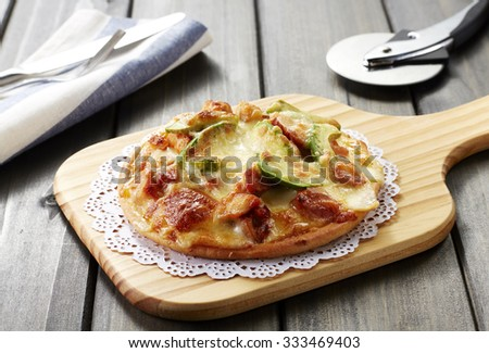 Delicious food, Pizza topped with chicken on wooden table