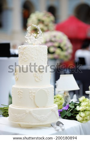 Delicious original white wedding cake