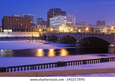 Des Moines skyline accros frozen Des Moines River.  - stock photo