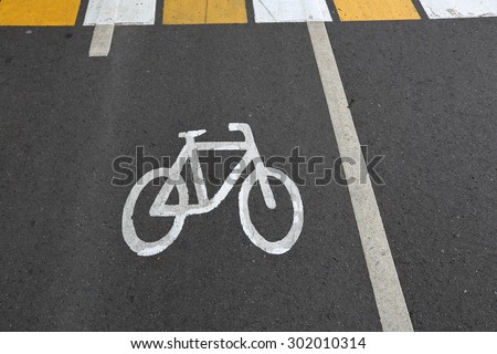 Designation of cycling on a strip of asphalt on the road