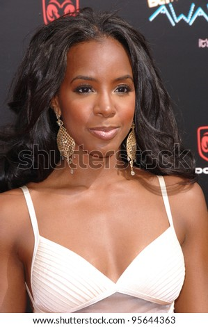 Destiny's Child star KELLY ROWLAND at the 2006 BET Awards in Los Angeles.. June 27, 2006  Los Angeles, CA  2006 Paul Smith / Featureflash