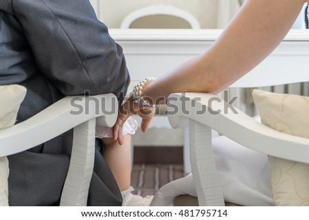 Detail of the couple during a wedding ceremony / arms / wedding