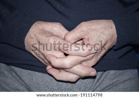 Detail of the hands of an elderly person