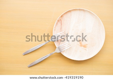 Dirty and empty wood dishes