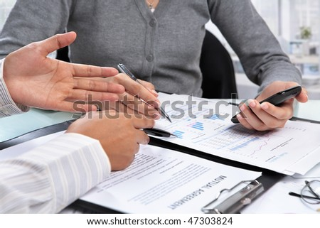 Discussion over agreement and data between casual businesswoman in office
