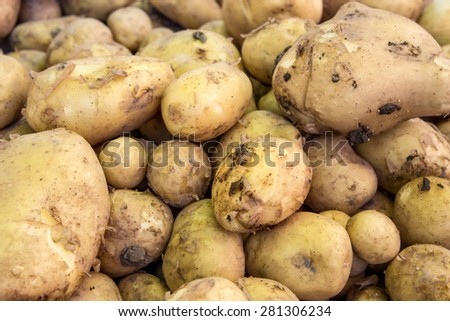 Display with fresh potatoes / fresh potatoes / Potatoes