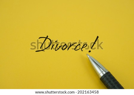 Divorce! note with pen on yellow background - stock photo