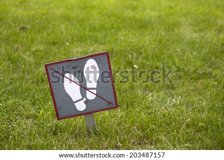 Do not step on the grass sign