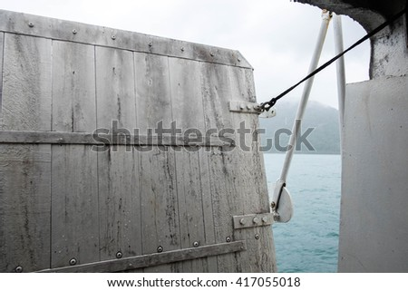 Docking door ship