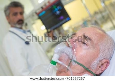 Oxygen mask woman pregnant