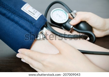 Doctor uses a sphygmomanometer