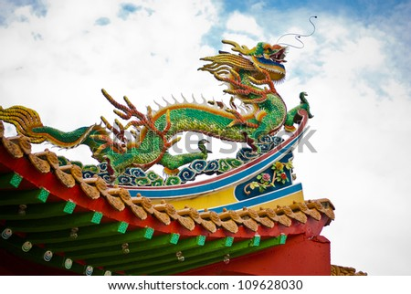 Dragon Dragon on top of temple roof.