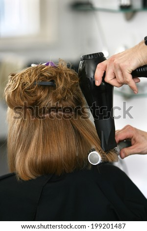 Drying the hair with a brush