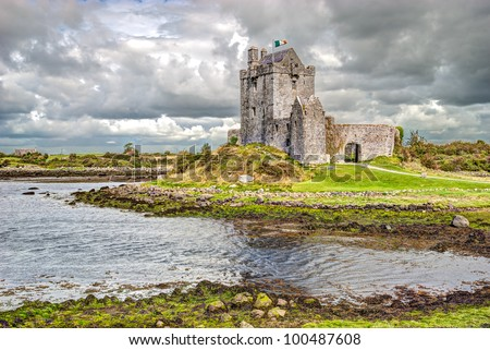 Dunguaire Castle (Irish D�ºn Guaire), is a 16th-century tower house on the southeastern shore of Galway Bay in County Galway, Ireland, near Kinvarra/Kinvara - stock photo