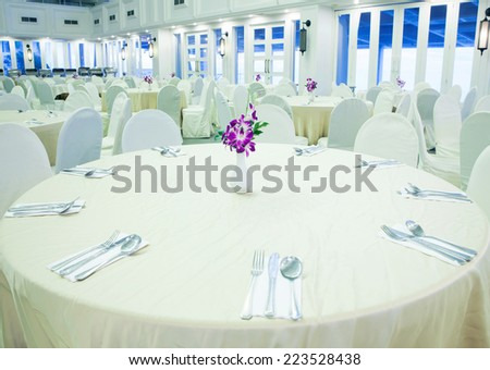 easy decoration round table setting for big party  - stock photo