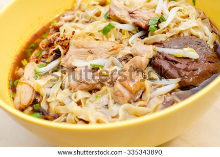 Egg noodles with pot-stew duck in yellow blow