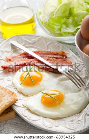 eggs with bacon and toasted bread
